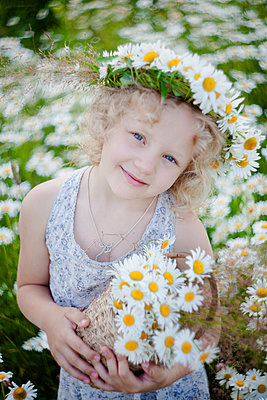 Mädchen mit Blumenkranz im Haar, Portrait - p1642m2245288 von V-fokuse