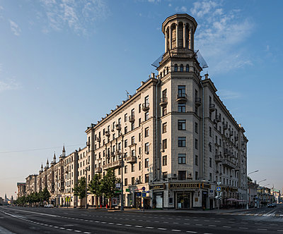 Corner house, row of houses, downtown, Moscow - p390m2172913 by Frank Herfort