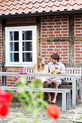 Verliebtes Paar mit Wein - p606m933915 von Iris Friedrich