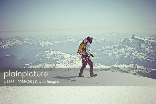 Mountaineer exploring summit of Mount Baker, Washington, USA. - p1166m2269406 by Cavan Images