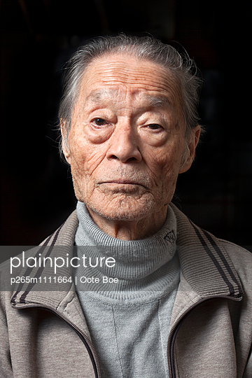 Portrait of senior Japanese man  - p265m1111664 by Oote Boe