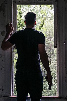 Mann in einem Versteck - p1019m1424627 von Stephen Carroll