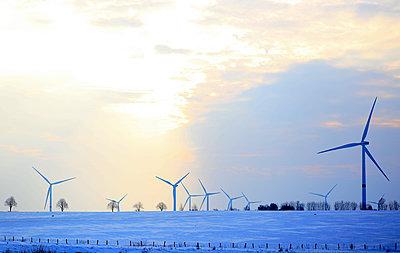 Windkraftwerke im Winter - p1258m1539128 von Peter Hamel