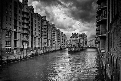 Black and white image of a canal in Speicher Stadt - p1332m1528692 by Tamboly