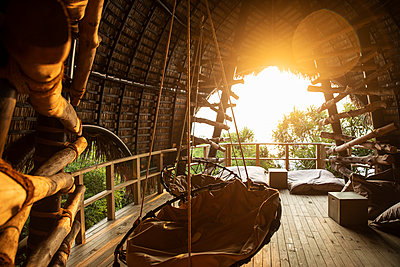 Empty swings in villa at Maldives during sunset - p300m2143461 by Christian Vorhofer