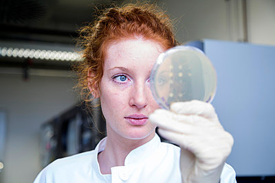 Young female natural scientist working in biochemistry laboratory - p300m978130f by Sigrid Gombert