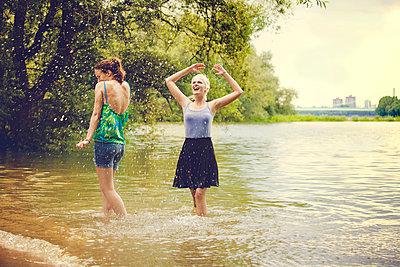 Freundinnen am Fluss - p904m932319 von Stefanie Päffgen