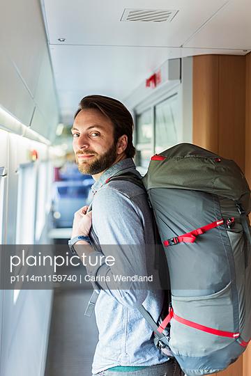 Backpacker im Zug - p1114m1159740 von Carina Wendland