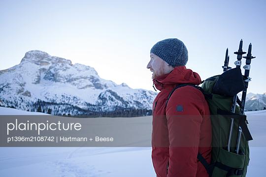 Wanderer im Schnee - p1396m2108742 von Hartmann + Beese