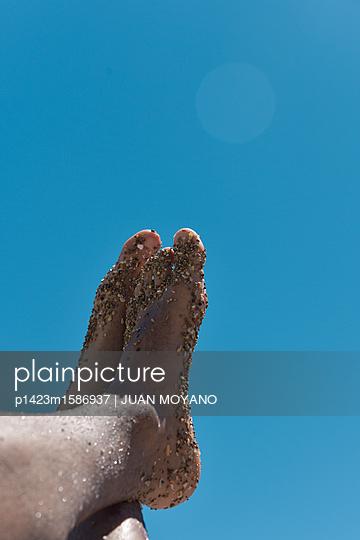 Sonnenbaden am Strand - p1423m1586937 von JUAN MOYANO