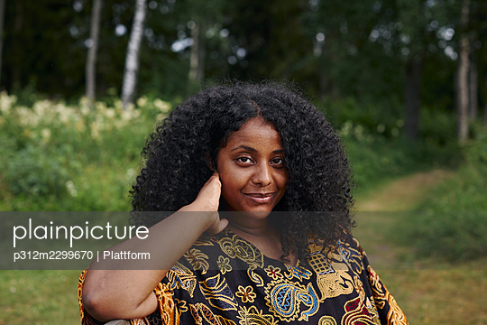 Portrait of young beautiful woman - p312m2299670 by Plattform