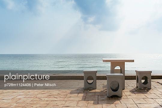 Gartenmöbel aus Granit mit Meerblick - p728m1124406 von Peter Nitsch