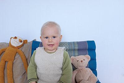 Kind mit Kuscheltieren - p116m1538901 von Gianna Schade