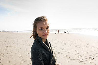 Young woman on St. Peter-Ording beach - p341m1480690 by Mikesch
