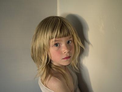Portrait of girl with blond hair - p945m1161582 by aurelia frey