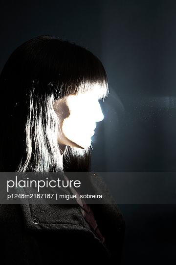 Frauengesicht, ausgebleicht durch Blitzlicht - p1248m2187187 von miguel sobreira