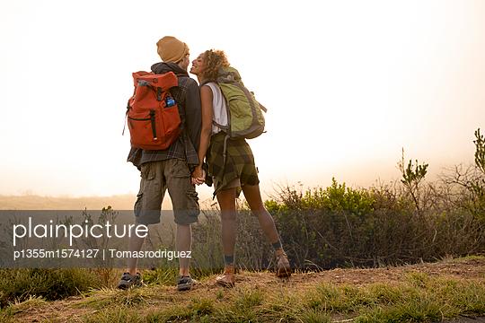 Junges Paar auf einer Wanderung in den Bergen - p1355m1574127 von Tomasrodriguez