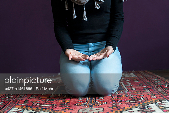 Female Muslim being at prayer - p427m1461886 by R. Mohr
