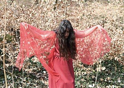 Frau in rotem Kleid tanzt - p1229m2259632 von noa-mar