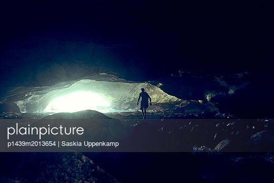Mann in Höhle - Waenhuiskrans Cave - p1439m2013654 von Saskia Uppenkamp
