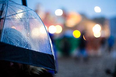 Person mit Regenschirm - p1057m1045214 von Stephen Shepherd