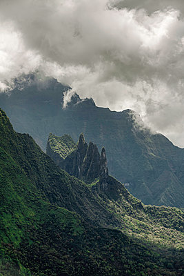Polynesien, Mystische wolkenverhangene Berge auf Tahiti - p1487m2253931 von Ludovic Mornand