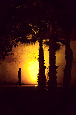 Nächtlicher Spaziergang in Casablanca - p382m1119940 von Anna Matzen