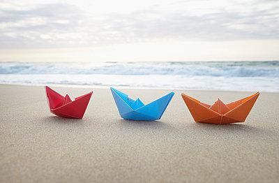 Papierboote am Strand - p4642043 von Elektrons 08