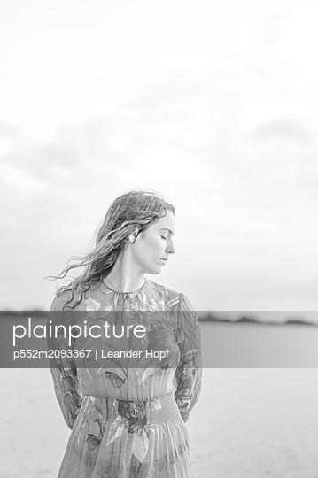 Woman wearing summer dress - p552m2093367 by Leander Hopf