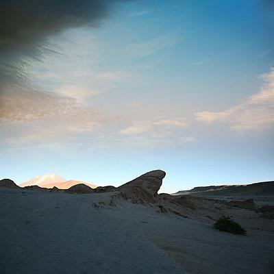 Sonnenaufgang in der Siloli-Wüste - p1038m1575363 von BlueHouseProject