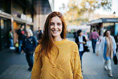 Portrait of a red-haired woman in the city - p300m2058975 by Josep Rovirosa