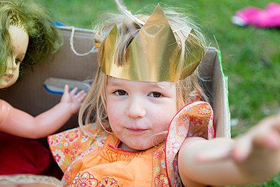 Kind mit Krone - p505m1540085 von Iris Wolf