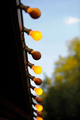 Gelbe Glühbirnen - p949m856280 von Frauke Schumann