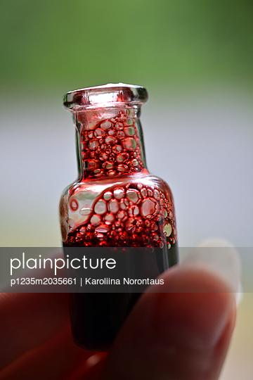 Fläschchen mit Blut - p1235m2035661 von Karoliina Norontaus
