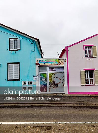 Friseursalon und bunte Häuser - p1299m1584251 von Boris Schmalenberger