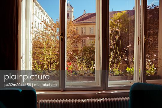 Blick aus dem Fenster - p432m2044156 von mia takahara