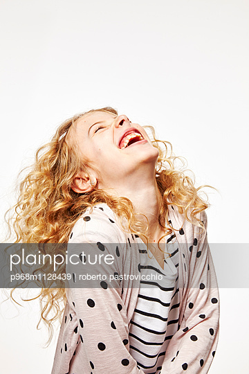 Blonde girl laughing - p968m1128439 by Roberto Pastrovicchio