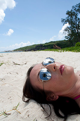 Woman on the beach - p0452393 by Jasmin Sander