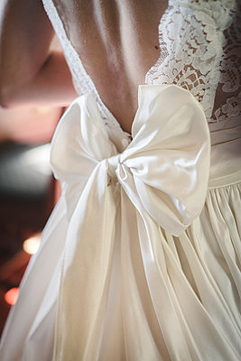 Bride's bow - p1150m1514928 by Elise Ortiou Campion