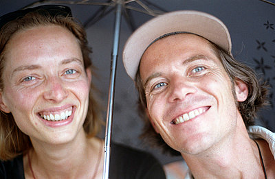 Unter dem Regenschirm - p2120042 von Edith M. Balk