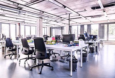 Modern open-plan office - p300m1568092 von HalfPoint