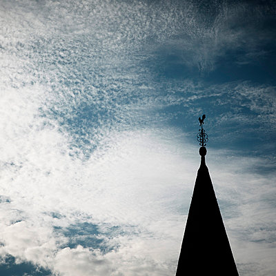 Kirchturmspitze am Abendhimmel - p415m661158 von Tanja Luther