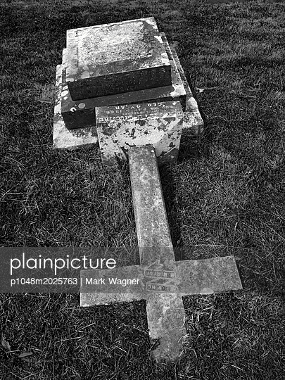 plainpicture - plainpicture p1048m2025763 - Christian burial in Devon, UK - plainpicture/Aviation/Mark Wagner