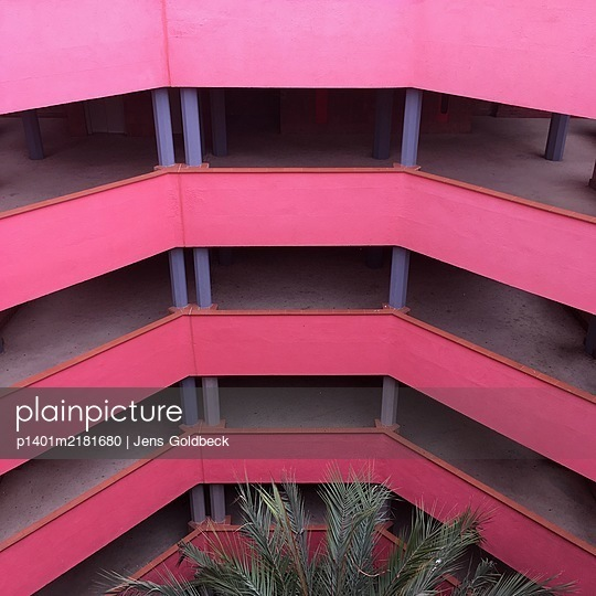 Treppenhaus, Konstruktion in Rosa, Ricardo Bofill - p1401m2181680 von Jens Goldbeck