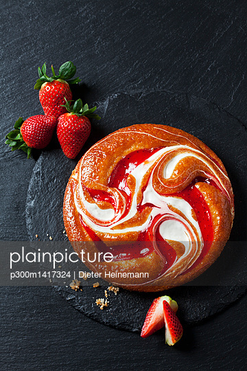 Strawberry creme cake on slate - p300m1417324 by Dieter Heinemann