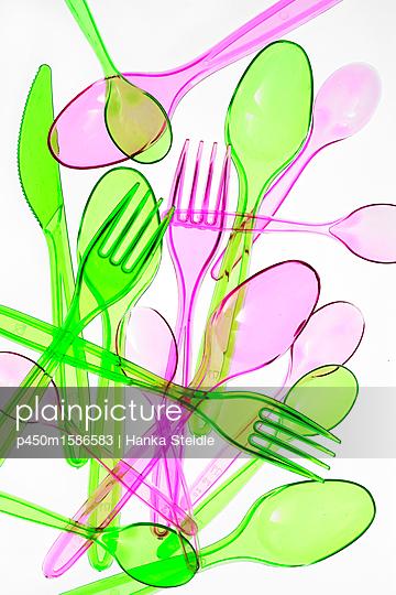 Plastikbesteck auf weißem Hintergrund - p450m1586583 von Hanka Steidle