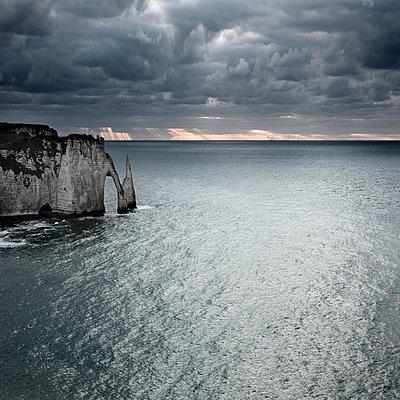 Felsbogen in der Normandie - p1137m1201412 von Yann Grancher