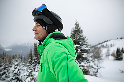 Thoughtful, confident mature male skier skiing in snow - p1192m1546541 by Hero Images