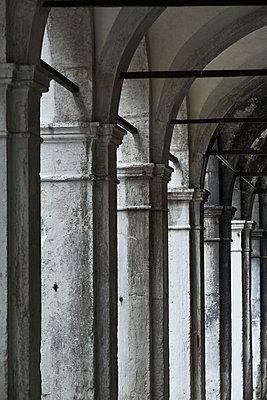 Säulengang in Venedig - p1312m2082175 von Axel Killian