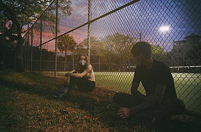 Junges Paar mit Masken an einem Sportplatz - p1694m2291706 von Oksana Wagner